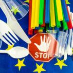 Plastica monouso, dal 3 luglio via piatti e posate dal mercato unico. Bruxelles pubblica le linee guida per gli Stati