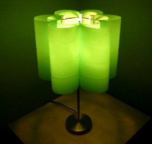 Una lampada fatta di bottiglie riciclate