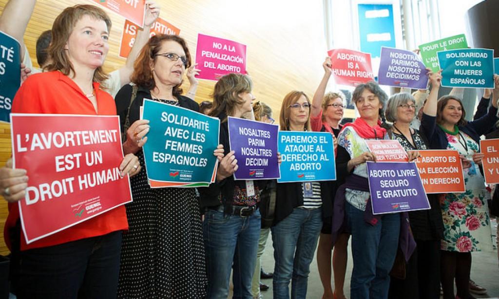 Una manifestazione della Gue contro le leggi anti abortiste in Spagna lo scorso 2 luglio a Strasburgo