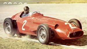 Fangio alla giuda della sua Maserati 250F durante la stagione 1957 della Formuia 1, quando vinse il suo quinto titolo iridato