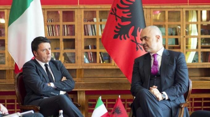 Matteo Renzi con il premier albanese Edi Rama durante la sua recente visita di dicembre