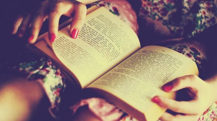 Donna legge libro