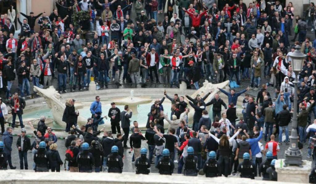 I tifosi del Feyenoord a piazza di Spagna