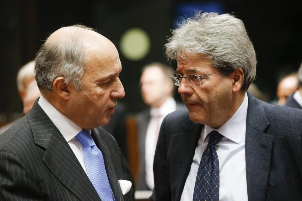 I ministri degli Esteri francese Laurent Fabius (a sinistra) a italiano Paolo Gentiloni