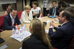 Alexis Tsipras, Angela Merkel e François Hollande (di spalle)