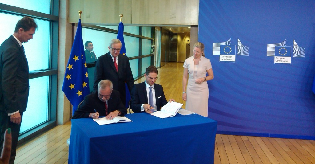 Il presidente della Commissione europea, Jean-Claude Juncker, osserva la firma degli accordi tra Commissione e Bei per il fondo Feis