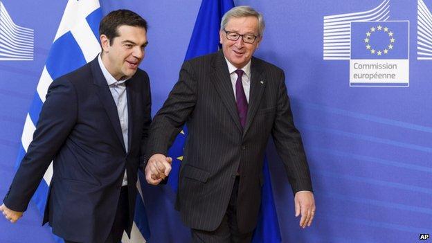 Il primo ministro ellenico Alexis Tsipras (sinistra) e il presidente della Commissione Ue, Jean-Claude Juncker