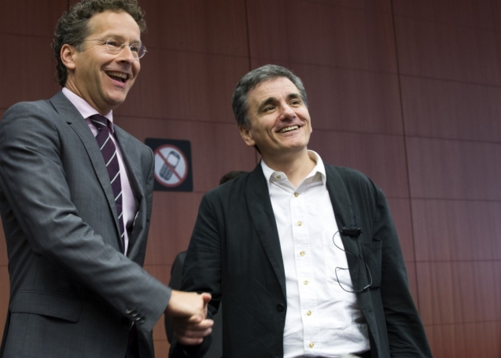 Stretta di mano tra Dijsselbloem e Tsakalotos all'Eurogruppo - foto Consiglio Ue