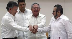 La stretta di mano tra il presidente colombiano Santos e il leader delle Farc Londoño