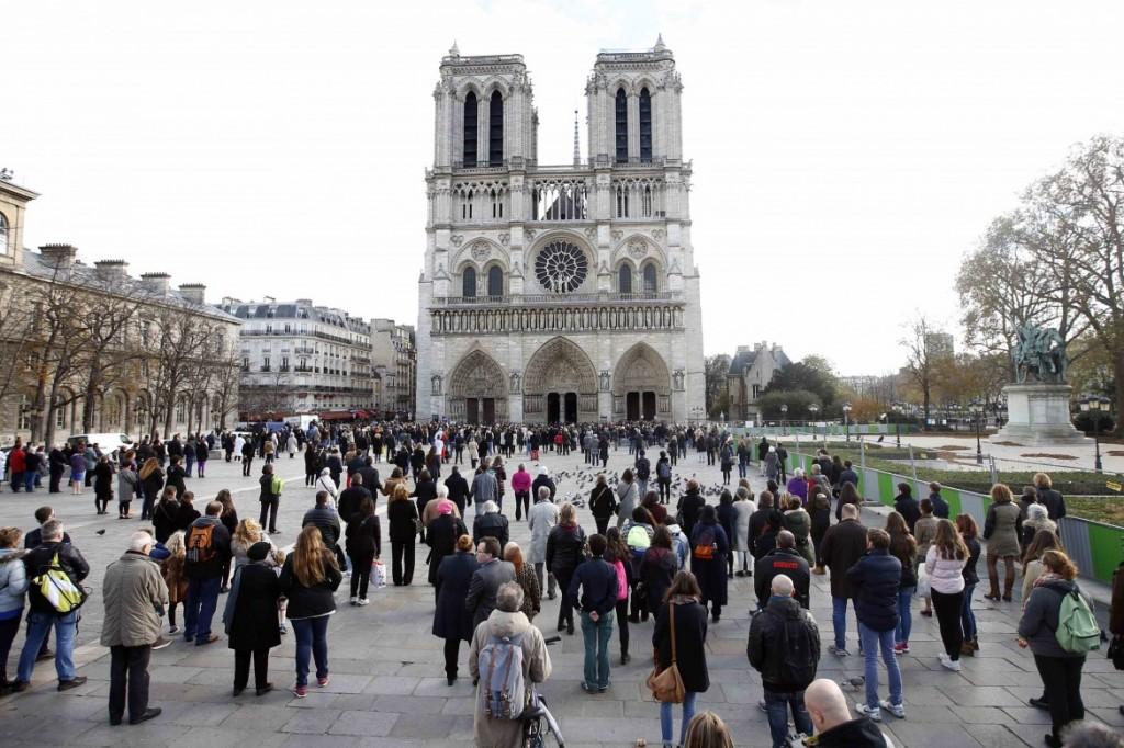 17desk5-piccola-francia-attacco-parigi-minuto-silenzio-dfy4