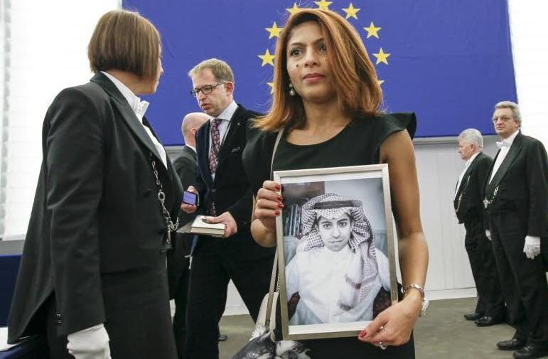 Ensaf Haidar al Parlament europeo con una foto di suo marito Rafi Badawi