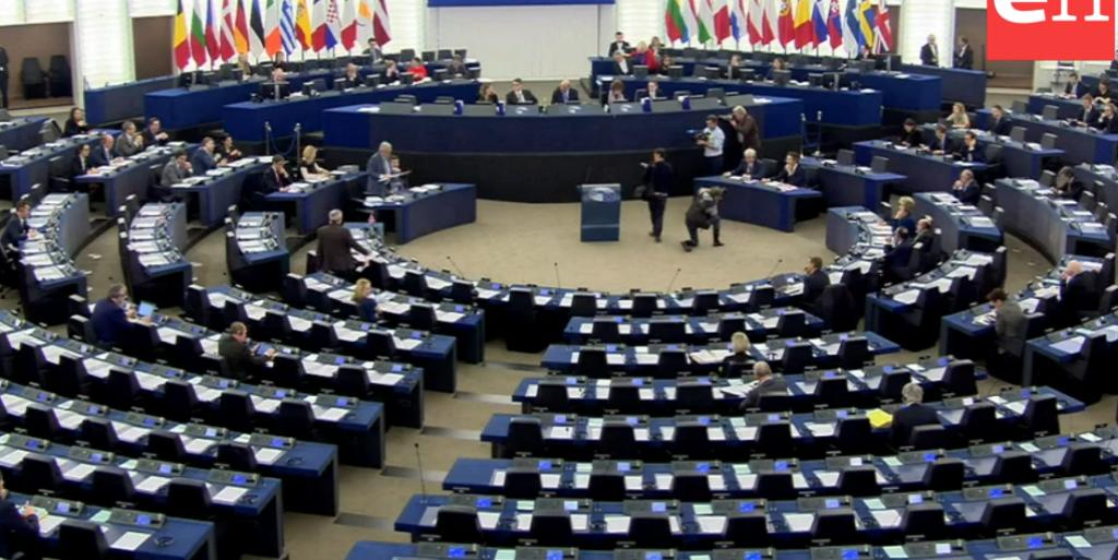 L'Aula vuota del parlamento europeo mentre parlano Juncker e Dijsselbloem