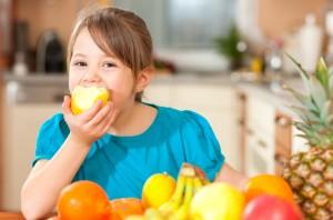 bambina frutta