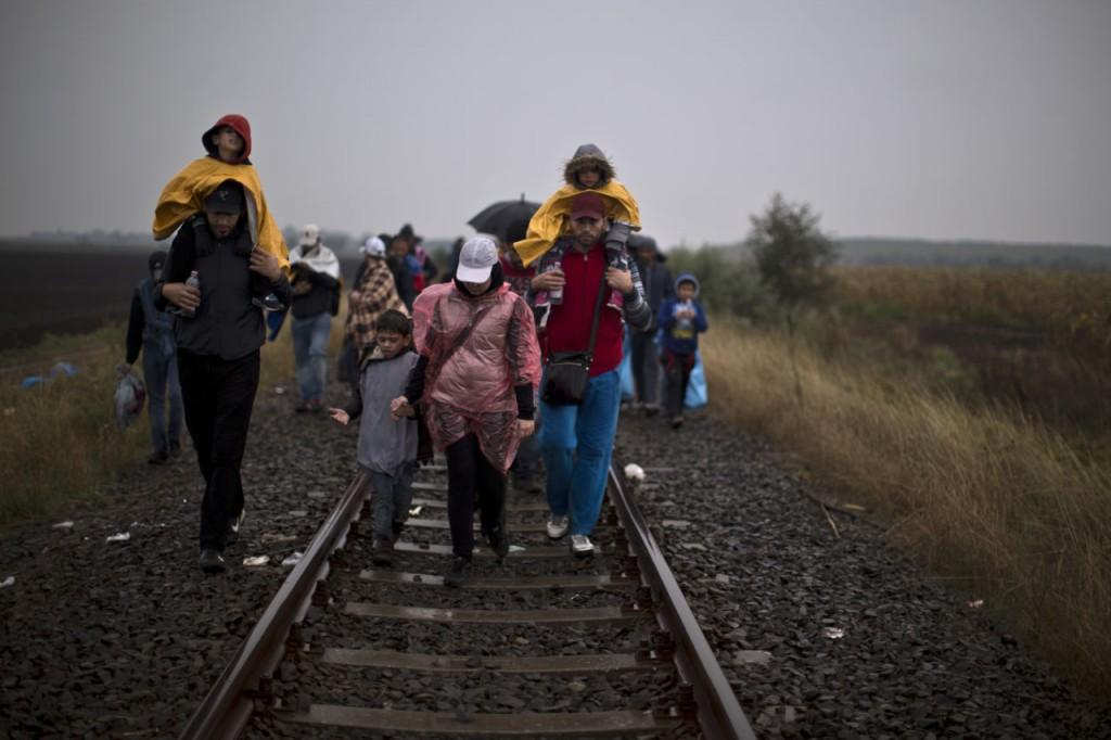Rifugiati siriani lungo il confine ungherese. Foto AP