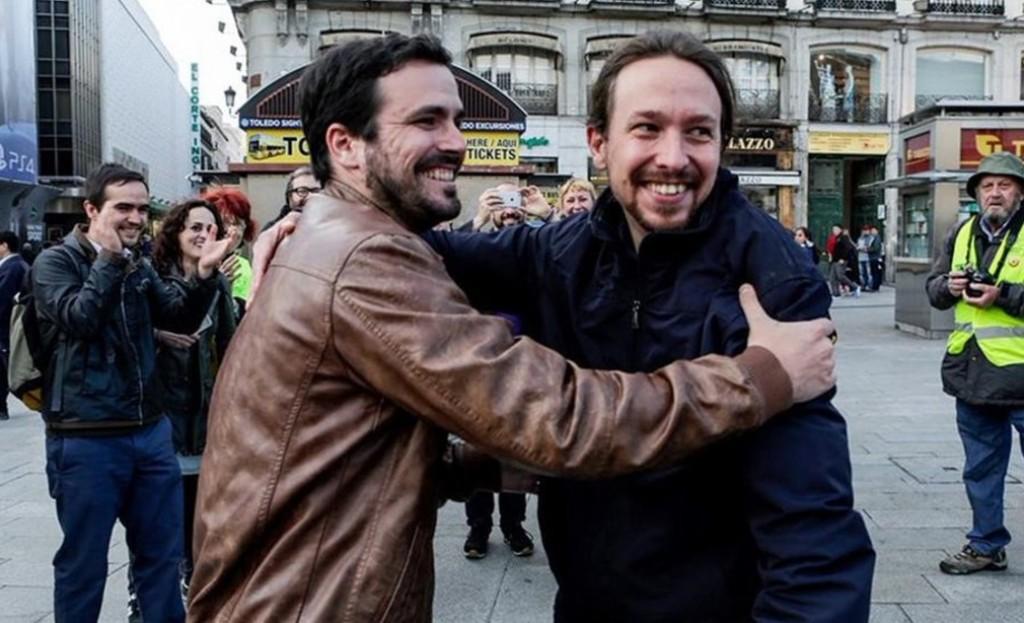 L'abbraccio tra Alberto Garzon e Pablo Iglesias - foto IU