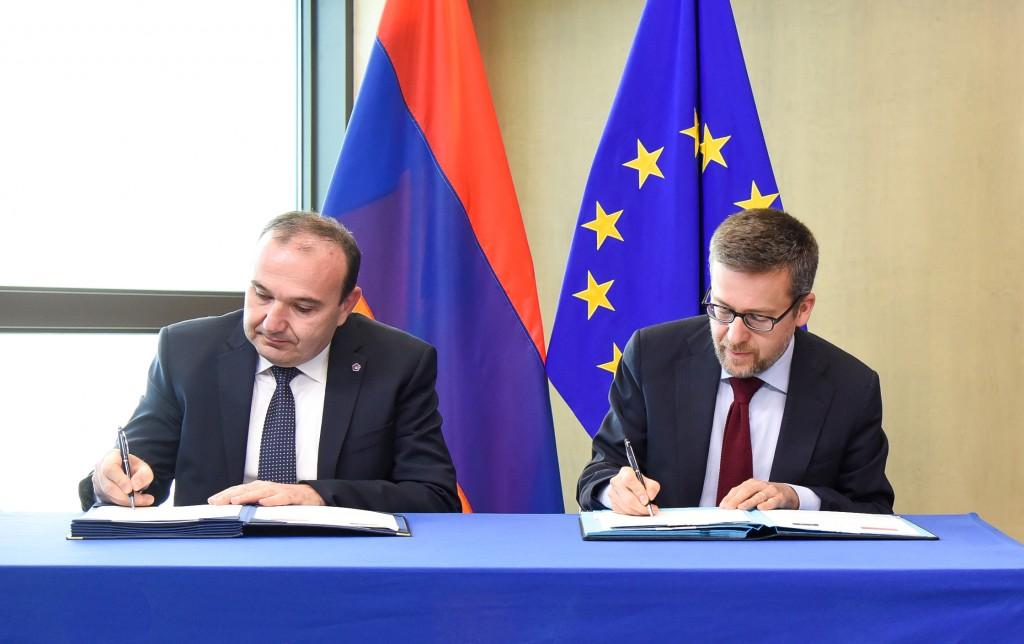 Il ministro armeno Levon Mkrtchyan e il commissario Carlos Moedas