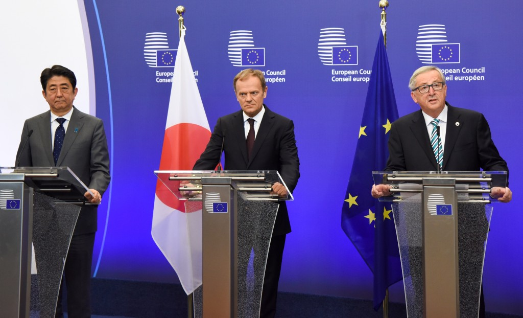 Shinzo Abe , Donald Tusk e Jean-Claude Juncker