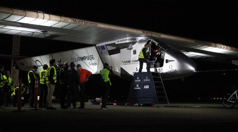 La partenza di Solar Impulse da San Francisco in una foto di repertorio, dov'è possibile vedere la bandiera Ue sulla parete dell'aereo