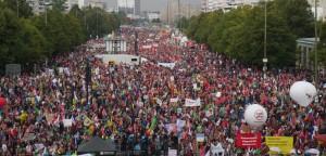 Manifestanti contro il Ttip sulla Karl Mark Alee