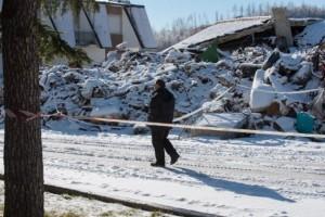 La città di Amatrice coperta dalla neve e il sindaco Sergio Pirozzi nel suo ufficio provvisorio