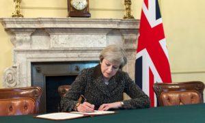 Brexit, May, lettera, firma, ambasciatore